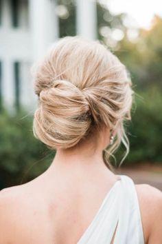 Inspírate para tu gran día con uno de los peinados para novias de nuestra colección de moños bajos despeinados.