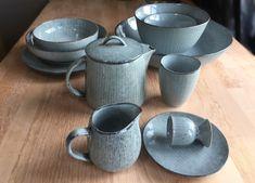 Het mooie Nordic Sea servies van Broste Copenhagen is zo mooi en uniek door de onderlinge variatie in kleurtinten. Porcelain Ceramics, Ceramic Pottery, Ceramic Art, Ceramic Workshop, Broste Copenhagen, Eclectic Design, Plates And Bowls, Ceramic Design, Dinnerware Sets