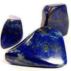 Lapis Lazuli Apporte la vérité, l'ouverture, le pouvoir intérieur, l'intuition, la créativité, la virilité et la manifestation.  Il renforce l'esprit et le corps ainsi que la sensibilisation croissante et la connexion / évolution spirituelle. Cela peut aider à organiser la vie quotidienne et un esprit agité. Utilisé pour contacter les spiritueux des gardiens. Lapis contribue également à renforcer la confiance en soi, et est une pierre traditionnellement pour la royauté.