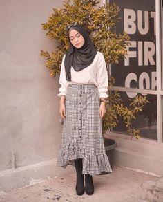 New style hijab casual rok Ideas Ootd Hijab, Casual Style Hijab, Casual Hijab Outfit, Hijab Chic, Hijab Dress, Modern Hijab Fashion, Hijab Fashion Inspiration, Muslim Fashion, Korean Fashion