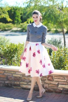 Retro outfits are one of the hottest trends today because they look chic, feminine and cool. Though most of retro outfits seem modest, they are rather Mode Outfits, Retro Outfits, Night Outfits, Skirt Outfits, Spring Outfits, Dress Skirt, Dress Up, School Outfits, Midi Skirt