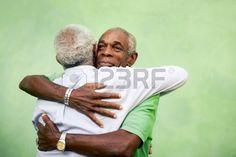 Attivi pensionati uomini anziani e per il tempo libero, due anziani fratelli neri abbracciando all'aperto Archivio Fotografico