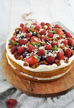 Bastogne taart met een romige vulling en rood fruit