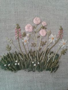 Marta Eduardo : brodats Embroidery Bags, Hand Embroidery Stitches, Silk Ribbon Embroidery, Vintage Embroidery, Floral Embroidery, Embroidery Designs, Wool Applique, Embroidered Flowers, Needlepoint