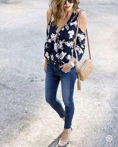 Blouse à fleurs ouverte aux épaules : must have de nos looks de printemps >> http://www.taaora.fr/blog/post/blouse-fleurs-epaules-nues-openshoulder-must-have #look #outfit