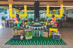Football Party Decoration - photo by Michele Moraes. Credits: Decoration- Lavie Festas Scrap things- Lavie Festas and Cenários Ju&Le Candys- Bruna Morikawa and Cakes doces americanos Balloons- David's balões