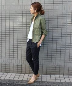 Summer casual style with an olive field jacket, relaxed white tshirt, black ankle pants, and tan pointed kitten heels. Fashion Pants, Love Fashion, Fashion Outfits, Womens Fashion, Fashion Trends, Black Ankle Pants, Look Street Style, Japan Fashion, Mode Style