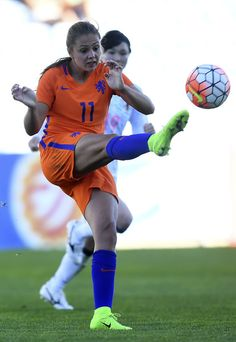 Netherlands' forward Lieke Martens (L) vies with Japan's midfielder Mayu Sasaki during the Algarve Cup football match Japan vs Netherlands at Algarve stadium in Faro on March / AFP PHOTO / FRANCISCO LEONG