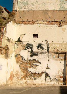 Un « reverse graffiti » de Vhils (Lisbonne) qui travaille les parois au burin.