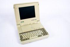 """Portátil SlimsPort Zenith 286 (EUA. 1991). Micro Intel 286. 2Mb. Monitor a cores LCD 600x400. Leitor de Disquetes 3,5"""". Disco duro  40 MB. É um dos primeiros portáteis a ter como sistema operativo o MS-DOS 3.2. Dispunha de placa gráfica a cores e uma memória RAM de 2 MB. O Zenith foi a primeira grande aquisição  em termos informáticos, realizado pelo exército americano.   http://www.obsoletecomputermuseum.org/zenith_l/"""