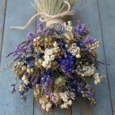 trockenblumen in einen wunderschönen strauß binden