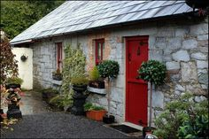 Irish cottage - if only we could move there already Cottage Porch, Old Cottage, Cottage Homes, Irish Cottage Decor, Cottage Pie, Cottage Design, Cottage Style, Cong Ireland, Country Homes