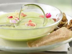 Ein sommerlich erfrischendes Dessert! Grüne Apfelkaltschale - mit frischen Blüten - smarter - Kalorien: 294 Kcal - Zeit: 1 Std. 30 Min. | eatsmarter.de