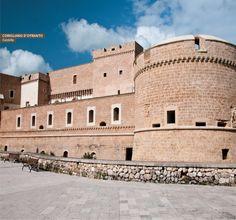 Corigliano d'Otranto, il cui centro storico è dominato dal Castello De' Monti, di impianto medievale. Puglia. 40°10′00″N 18°15′00″E