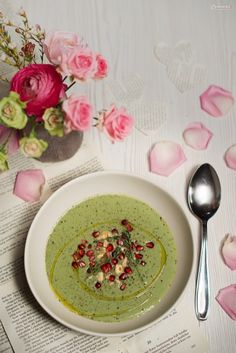 Recipe for parsley foam soup with pomegranate seeds & roasted nuts - Suppe Roasted Nuts, Pomegranate Seeds, Parsley, Risotto, Soup, Vegan, Fruit, Ethnic Recipes, Desserts