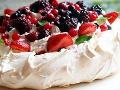 Discover recipes, home ideas, style inspiration and other ideas to try. Lemon Curd Pavlova, Strawberry Pavlova, Meringue Pavlova, Meringue Desserts, Mini Desserts, Meringue Cake, Mini Pavlova, Pavlova Toppings, Recipes