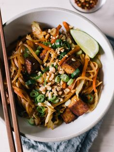 Easy recipe for a delicious vegan Pad Thai, without a crazy long ingredient list. Full to the brim with veggies, rice noodles and crispy tofu. Tofu Pad Thai, Vegan Pad Thai, Broccoli Potato Soup, Oven Dishes, Food Test, Rice Noodles, Tahini