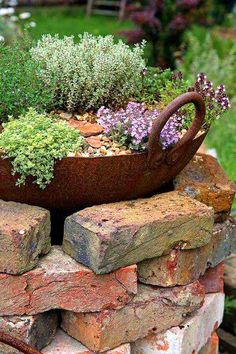 14 design ideas for brick flower beds that you can replicate immediately - Gar . , 14 design ideas for brick flower beds that you can replicate immediately - garden decor brick flower bed bed # Brick Garden Crafts, Diy Garden Decor, Garden Projects, Garden Ideas, Brick Projects, Terrace Ideas, Balcony Decoration, Vintage Garden Decor, Vintage Gardening