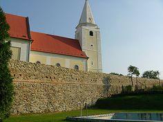 Hradby kostola Šenkvice. Rozsah diela: Sanácia muriva renesančného opevnenia kostola sv. Anny v Šenkviciach.
