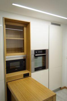 Módelo SYSTEM COLLECTION, laminado en blanco brillo. Mueble integrado en madera de roble.