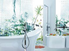 A luxury bathtub with a stand-in shower gives more options #LuxuryBathroom #InteriorDesign #homedecor #LuxuryInterios