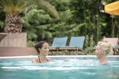 Abkühlung beim Schwimmen im Außenpool. #HotelimPark #Urlaub #Wellness