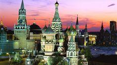 Al anochecer resaltan más sus coloreadas fachadas y cúpulas, lo que hace que esta ciudad sea aún más bonita...  http://www.viajestransvia.com