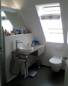 Entspannen unterm Dach: Selbst auf knapp 4 m² ist das möglich. Am Waschtisch wurde alles an die Dachschräge angepasst, sogar der Spiegel.