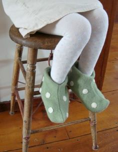 maya*made: elf slippers: a tutorial - how cute would these be on all the kids Christmas Eve?!
