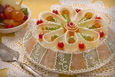La cassata siciliana è un famosissimo dolce formato da pan di spagna ripieno di ricotta con cioccolato, coperto di glassa e frutta candita.