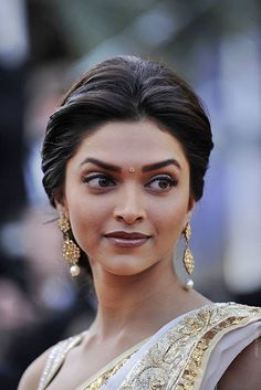 Deepika stunning in a classic traditional look - full brows - smokey eyes and a darker lip colour with stunning traditional jewels - Indian bridal make up - Indian wedding make up - Indian bride - Indian fashion - Indian couture #thecrimsonbride