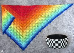 Háčkovaný šátek PimPim a polymerový náramek pro měsíc červenec.
