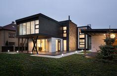 Diseño de casa moderna de dos pisos, originales acabados de construcción con acero, ladrillos y madera