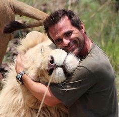 Kevin Richardson, The Lion Whisperer cuddling a white lion's head Kevin Richardson, Big Animals, Animals And Pets, Funny Animals, Amor Animal, Mundo Animal, Beautiful Cats, Animals Beautiful, Pet Lion