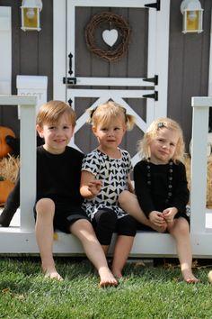 Tiny Little Pads: CELEBRATING A PRE-HALLOWEEN PARTY for your kids. Kids Halloween Party. Halloween Porch decorated. #halloween #kidshalloween www.tinylittlepads.com