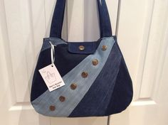 Make using thrift shop jeans? : Make using thrift shop jeans? Denim Handbags, Denim Tote Bags, Denim Purse, Patchwork Bags, Quilted Bag, Jean Purses, Purses And Bags, Denim Bag Patterns, Tote Bag With Pockets