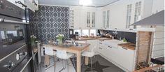 Huvila Constantinen keittiössä ruokapöytä on sijoitettu kekseliäästi vinottain.