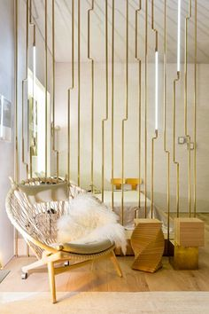 minimalistisch modern raumteiler design holz metall gold #interiors #design