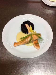 Grilovaný losos na holandskej omáčke s čiernou lepkavou ryžou