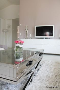 Coconut White: Eiliset sambajuhlat ja tyhjenevä koti Koti, Double Vanity, Coconut, Living Room, Blog, Sitting Rooms, Living Rooms, Family Room, Lounge