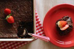 Este bolo é perfeito por várias razões: ele é muito fácil, super baratinho pois rende MUITO, e parece um brownie, sabe? Daquelas sobremesas coringa perfeitas pra se ter na mão em uma situação de últim