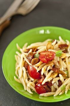 Salade de pâtes tout tomates Plat végétarien goûtu et coloré pour l'été, cette salade de pâtes tout tomates s'emporte au bureau dans ta lunchbox ou en picnic