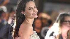 La semana pasada circuló la noticia de que Angelina Jolie se encontraba hospitalizada por anorexia y que enfrentaba una crisis matrimonial con Brad Pitt, sin embargo la estrella de Hollywood ha desmentido esta información y estas fotos lo comprueban.