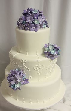 Elegant. This would look good with any flower - love the style of the cake. MiaBellaVita.com