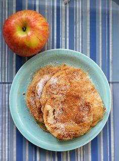 Δύο σε ένα για ένα διαφορετικό ξεκίνημα της μέρας, που θα πει πεντανόστιμες τηγανίτες που περιέχουν ξυσμένο μήλο στη ζύμη τους... Υλικά για 6 μεγάλεςτηγανίτες 1 μήλο καθαρισμένο και ξυσμένο στον τρίφτη 1 φλιτζάνι γάλα 1 αβγό 1 φλιτζάνι αλεύριγια όλες τις χρήσεις 1κουτ. γλυκού μπέικιν πάουντερ 2κουτ. σούπας ζάχαρη … Greek Beauty, What's For Breakfast, What To Cook, Greek Recipes, Kids Meals, Pancakes, French Toast, Food And Drink, Sweets