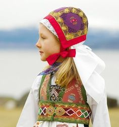 A girl wearing bunad, the traditional costume of Fusa in Norway. Sent by Kari , a postcrosser from Norway. This is from Wikipedia : Buna. We Are The World, People Around The World, Folklore, Art Populaire, Thinking Day, Baby Kind, Folk Costume, My Heritage, World Cultures