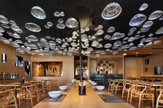Hundreds of Chinese porcelain bowls hang from the cieling of this noodle restaurant in Nigbo, China, designed by Beiing interior architecture firm Golucci International Design. Noodle Restaurant, Restaurant Design, Restaurant Bar, Taiwan, Noodle House, Plafond Design, Asian Restaurants, Restaurant Lighting, False Ceiling Design