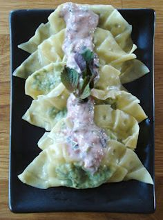 Raviolis Shiso & Ume: Préparation 30 minutes; Cuisson 15 minutes; Pour 24 raviolis Ingrédients : 24 carrés de raviolis chinois aux œufs 400 g d'épinards frais 3 échalotes, épluchées 120 g de tofu ferme, égoutté 15 feuilles de shiso les feuilles d'un 1/2 bouquet de coriandre 2 cuillères à soupe de pâte umeboshi 4 cuillère à soupe d'huile d'olive 4 cuillère à soupe de lait de riz  sel, poivre