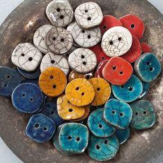 knapper til en skøn uldtrøje måske...  #knapper #buttons #raku #rakubrænding #rakufiring #rakukeramik #ler #clay #keramik #ceramics #farverig #colorfull #pynt