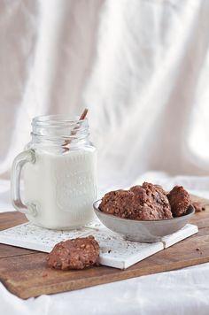 Aszalt szilvás-kakaós vegán zabkeksz - teljes kiőrlésű zabpelyhes keksz Cocoa-plum vegan oatmeal cookies Tej, Glass Of Milk, Mousse, Cereal, Cookies, Breakfast, Tableware, Crack Crackers, Morning Coffee